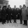 Marpicati, Schubert, Marconi, Balbino Giuliano e Gentile posano vicino al palazzo Senatorio
