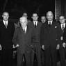 Enrico De Nicola, eletto Capo provvisorio dello Stato, posa con V.E. Orlando, Sforza, Saragat, De Gasperi e Gronchi, in una sala di palazzo Montecitorio