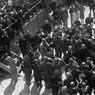 Ricci ed altre autorità scendono dal palco allestito in Piazza Vittorio Emanuele a Sarzana in occasione della celebrazione dei martiri fascisti