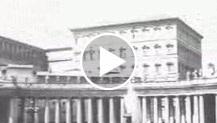 Sua santità Pio XI in sedia gestatoria dalla loggia esterna della Basilica di S. Pietro ha impartito la benedizione all'Urbe e al mondo. La solenne ce...