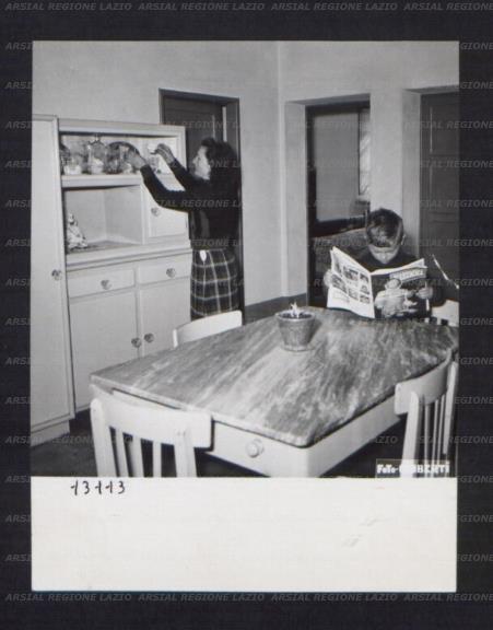 Interno di una casa colonica un bambino seduto al tavolo for Interno di una casa