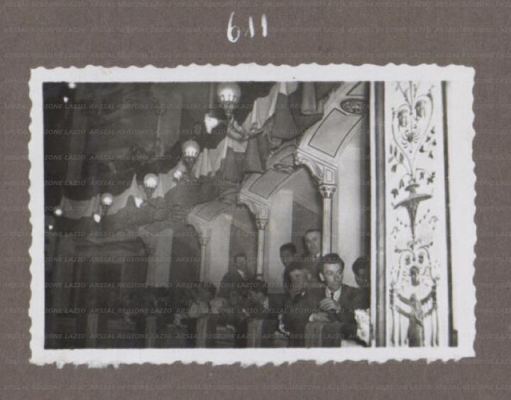 half off 4f2c8 5319b Veduta dei balconcini del teatro. Il pubblico assiste alle ...
