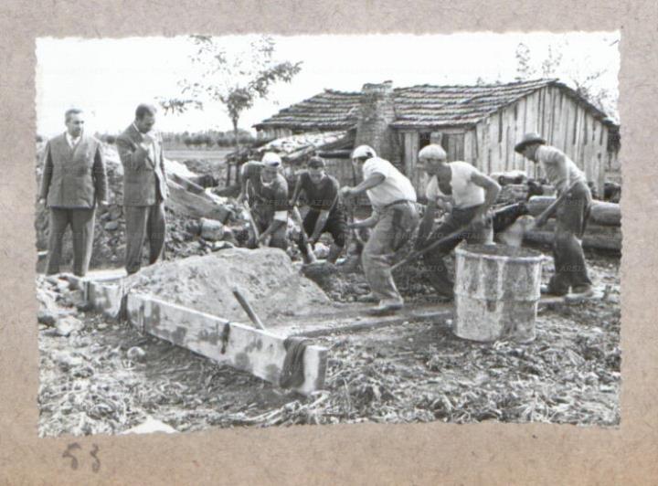 Alcuni muratori lavorano alla costruzione di case nuove for Finanziamento della costruzione di nuove case