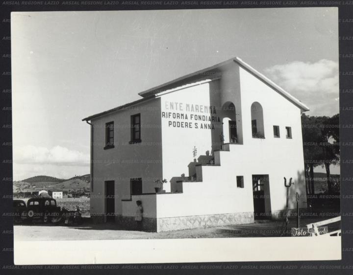 Esterno di una casa colonica costruita dall 39 ente maremma for Esterno di colonica industriale