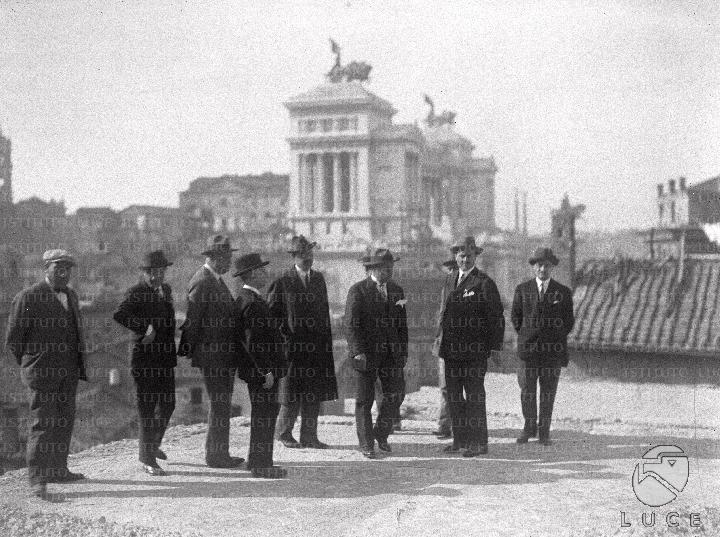 Benito mussolini accompagnato da alcune persone cammina for Cammina nei piani della dispensa