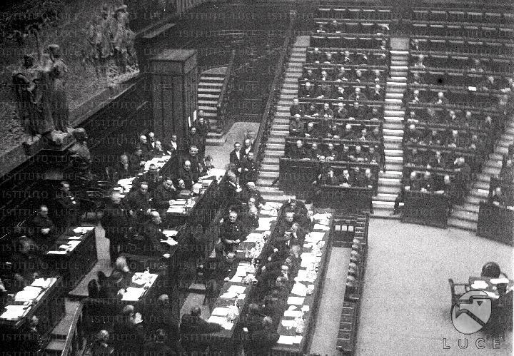 Discorso Camera Mussolini : Benito mussolini sta tenendo un discorso alla camera dei deputati