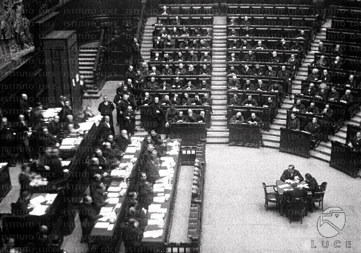Discorso Camera Mussolini : Mussolini e i membri del governo alla camera durante la seduta
