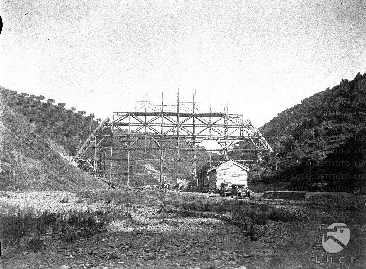 Il ponte in costruzione e il cantiere dei lavori reparto for Ponte sopra i disegni del garage
