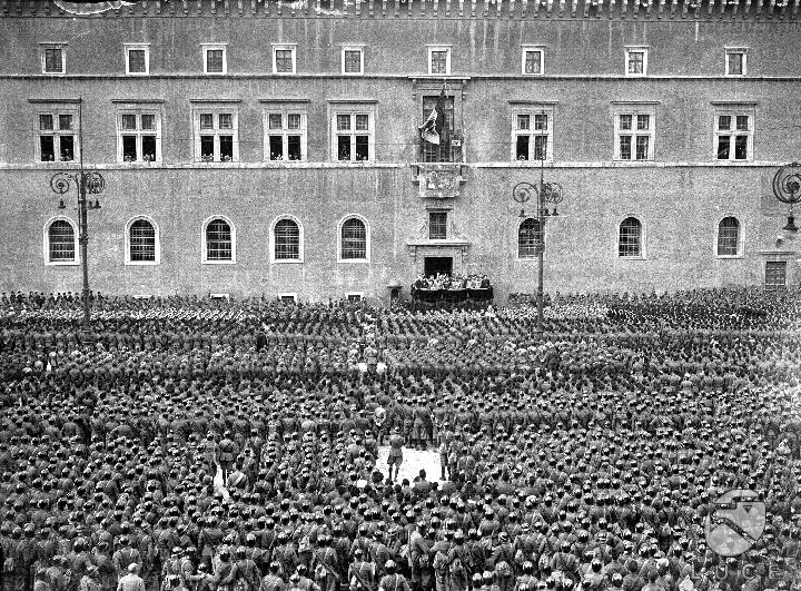 Discorso Camera Mussolini : Mussolini durante il discorso in cui viene annunciata l entrata in