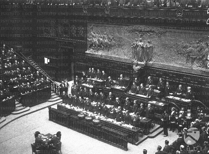 I membri del terzo governo mussolini in piedi durante una for Membri camera dei deputati