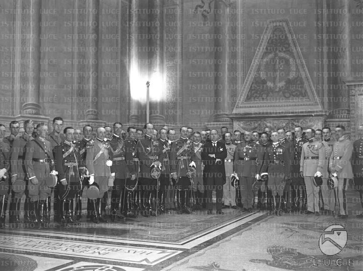 Mussolini posa nella sala del mappamondo con il folto for Elenco senatori italiani