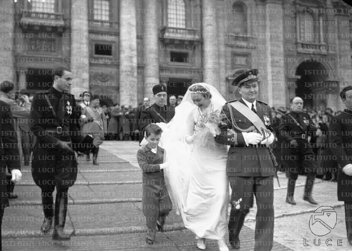 Matrimonio Romano Mussolini : Vittorio mussolini e orsola buvoli sottobraccio scendono