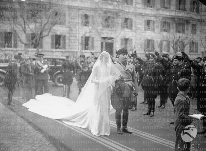 Matrimonio Di Romano Mussolini : Benito mussolini al braccio di orsola bùvoli ripresi all