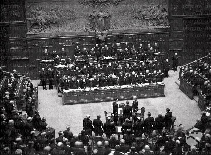 Discorso Camera Mussolini : Scorcio della presidenza della camera dei deputati dove benito