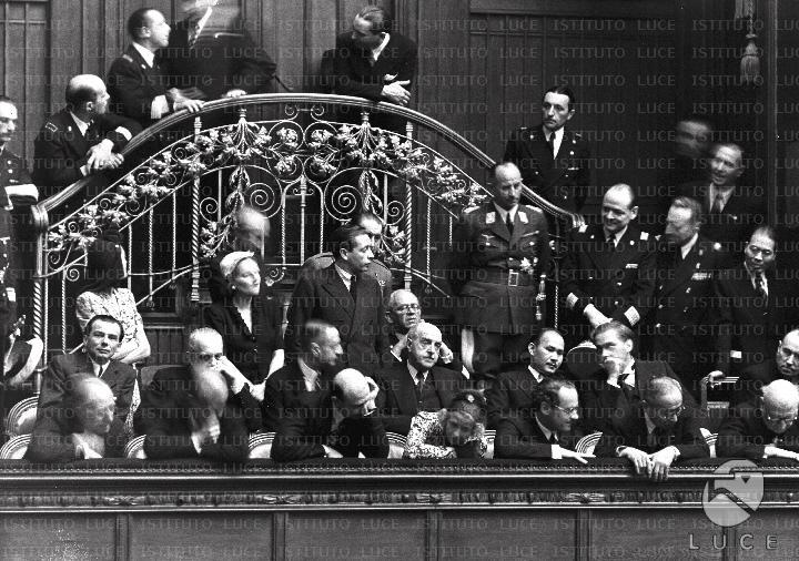 Discorso Camera Mussolini : Personalità conversano fra loro dopo il discorso di mussolini