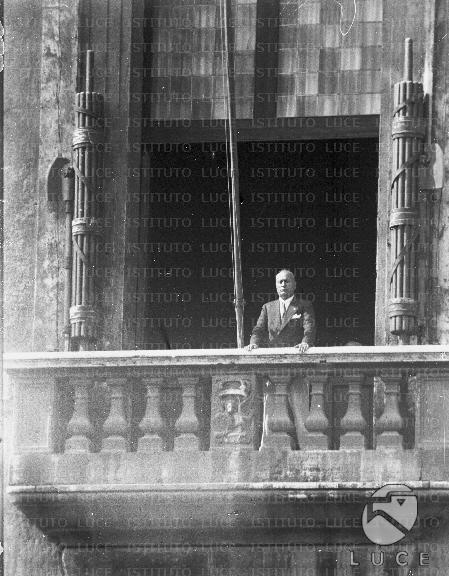 Mussolini affacciato al balcone di palazzo venezia for Mostra cina palazzo venezia