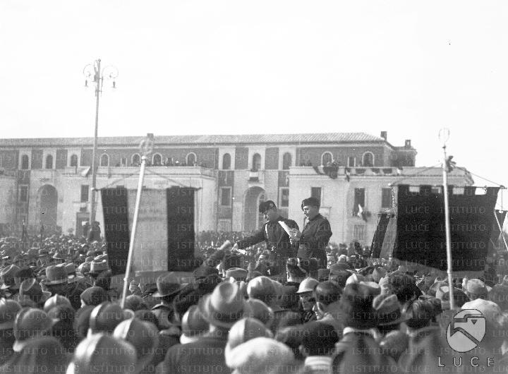 Mussolini premia gli ex combattenti che hanno partecipato for Planimetrie 1500 piedi quadrati ranch