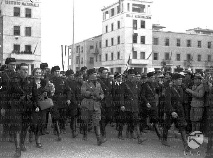 Mussolini in divisa di capo della milizia cammina a for Cammina nei piani della dispensa