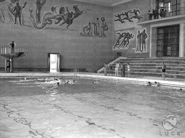 Gruppo di nuotatori agita le acque della piscina for Costo piscina coperta al coperto