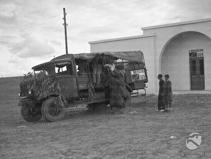 Famiglia di rurali italiani scende da un autocarro per for Casa colonica coloniale