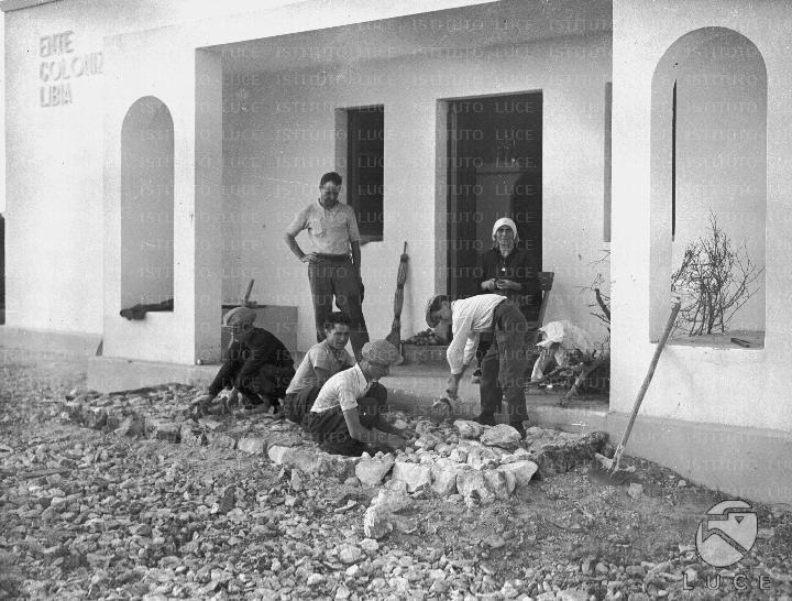 Gruppo di coloni italiani al lavoro davanti al portico d for Casa colonica coloniale