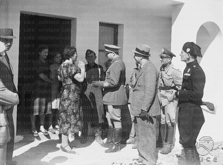 Il governatore della libia balbo incontra una famiglia di for Casa colonica coloniale
