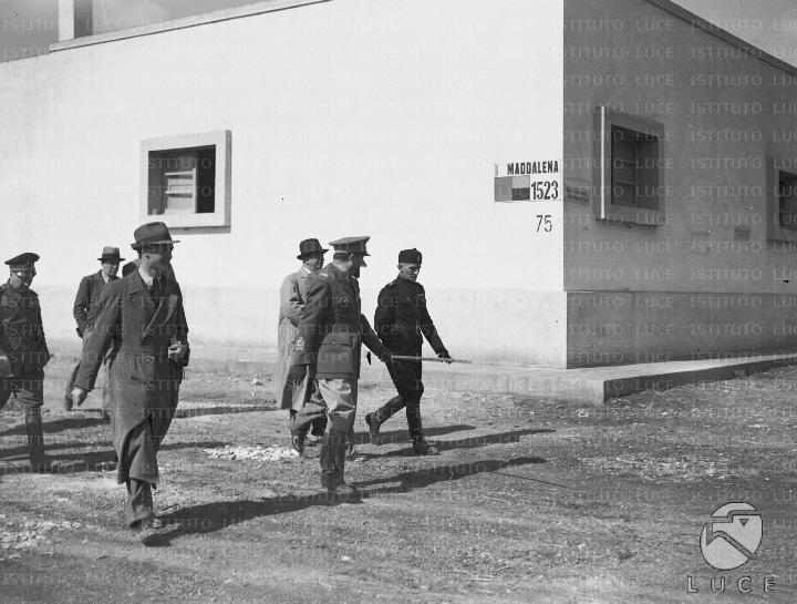 Il governatore della libia balbo accompagnato da for Casa colonica coloniale
