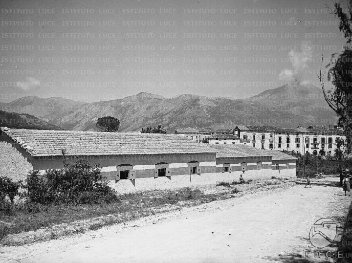 Un complesso di fabbricati rurali a pi corpi ripreso in for Piani di costruzione di edifici in metallo