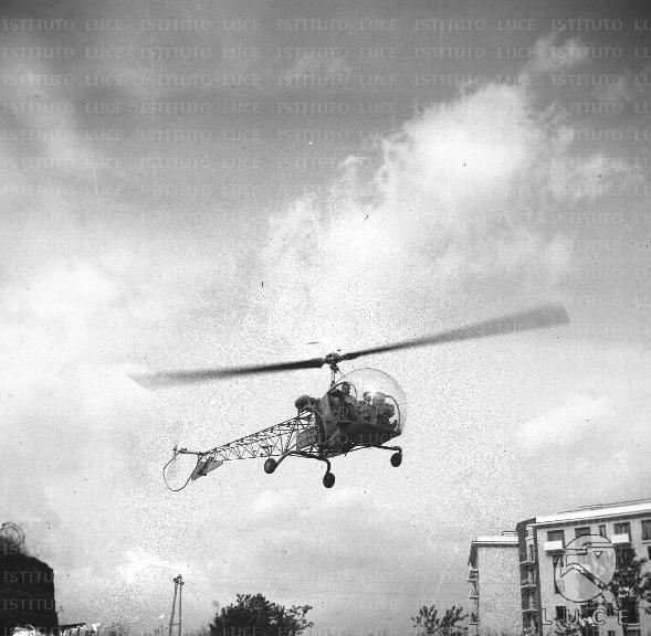 Elicottero D Occasione : Elicottero sorvola un quartiere della capitale in