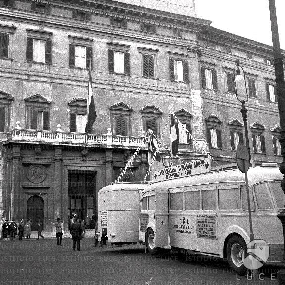 Automezzi della croce rossa in piazza montecitorio fondo for Piazza montecitorio 12