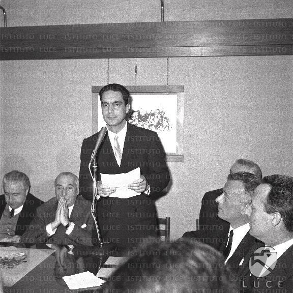 Italo calvino in piedi al microfono goffredo bellonci for Elenco senatori italiani