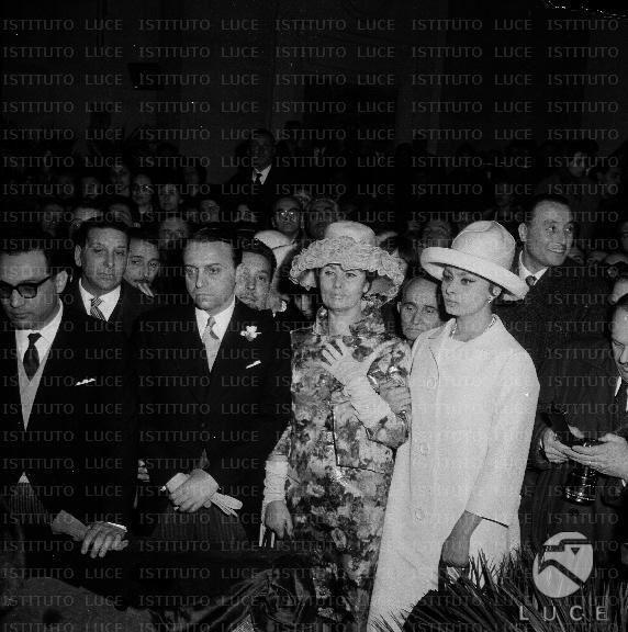 Matrimonio Di Romano Mussolini : Sophia loren segue la cerimonia con madre romilda