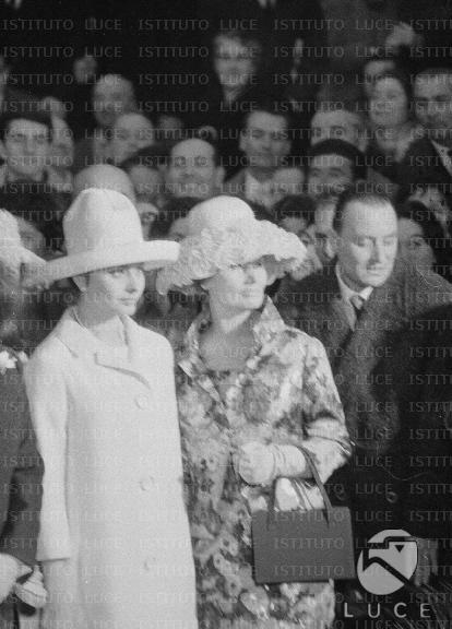 Matrimonio Romano Mussolini E Maria Scicolone : Sophia loren e la madre romilda villani tra folla degli