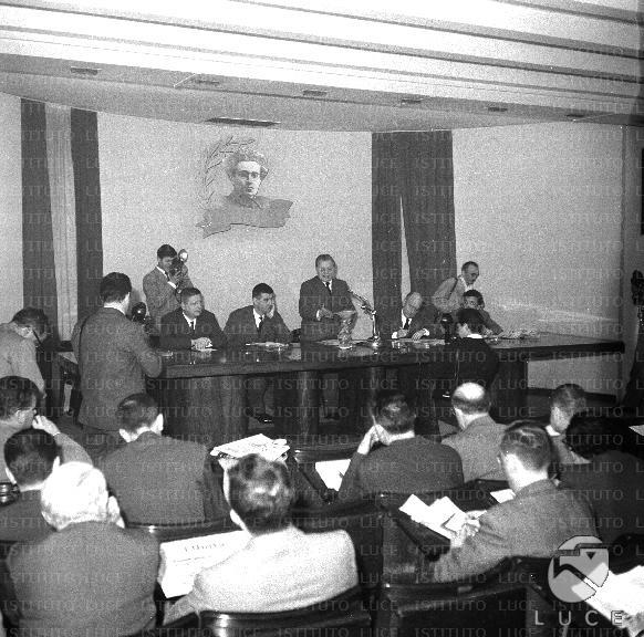 Palmiro togliatti tiene una conferenza nella sede del pci for Sede senato italiano