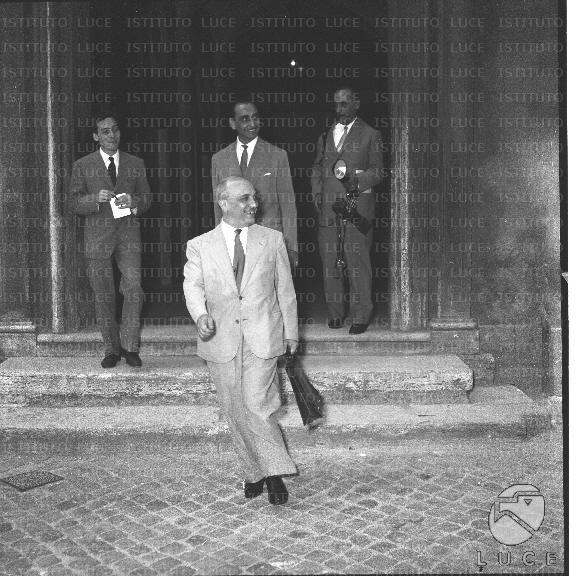Fanfani mentre esce dalla camera dei deputati alle sue for In diretta dalla camera dei deputati