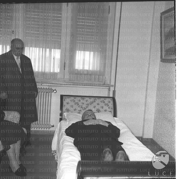 Funerali e salma dell 39 onorevole romita presenti la moglie - Uomo leone a letto ...