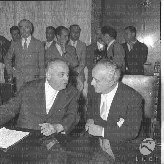 Palmiro foresi, presidente dell'enpas, con segni ad una riunione del