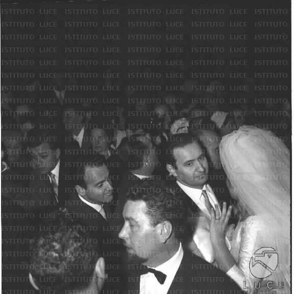 Matrimonio Istituto Romano : Gli sposi romano mussolini e maria scicolone tra la folla di