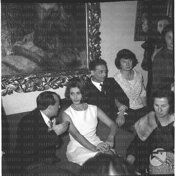 Matrimonio Di Romano Mussolini : Sophia loren con altri invitati al matrimonio della