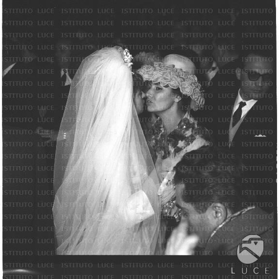 Matrimonio Romano Mussolini E Maria Scicolone : La sposa maria scicolone saluta una donna forse