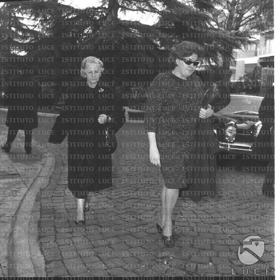 Matrimonio Romano Mussolini E Maria Scicolone : Romano mussolini e la suocera in visita alla clinica dove