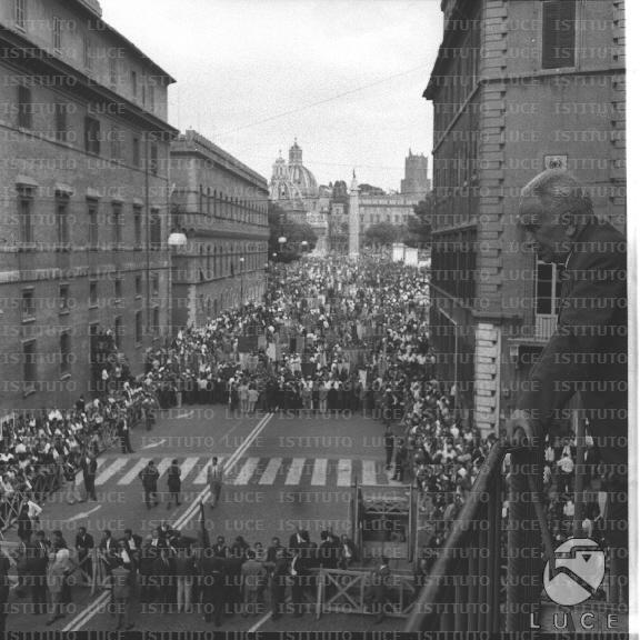 Luigi longo affacciato al balcone della sede del pci di for Sede senato italiano