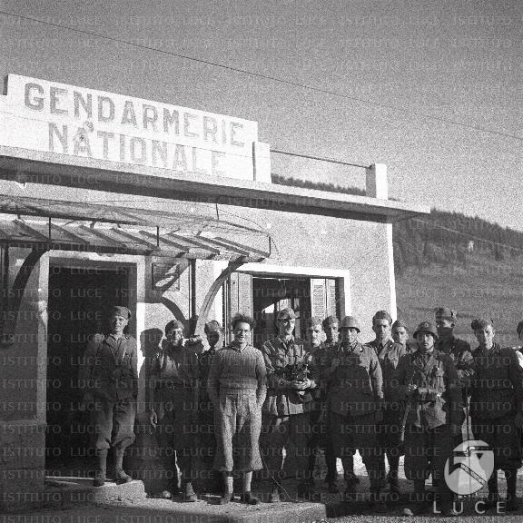 Soldati in posa di fronte a una sede della gendarmerie for Sede senato italiano