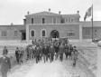 Mussolini accompagnato da autorità in occasione de ...