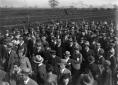 Mussolini accompagnato da autorità durante la sua  ...