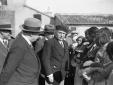 Mussolini con un gruppo di autorità, donne e bambi ...