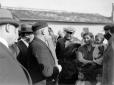 Mussolini, insieme ad un gruppo di autorità, parla ...
