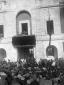 Mussolini parla alla folla dal palazzo del podesta ...