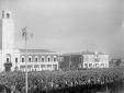 La folla radunata nella piazza centrale di Latina  ...