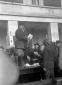 Mussolini in piedi su un tavolo premia gli ex comb ...